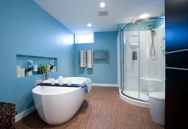 интерьер маленькой ванной комнаты с краской на потолке