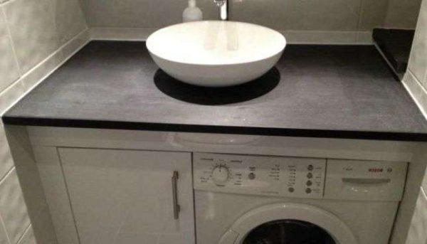 стиралка под раковиной в ванной