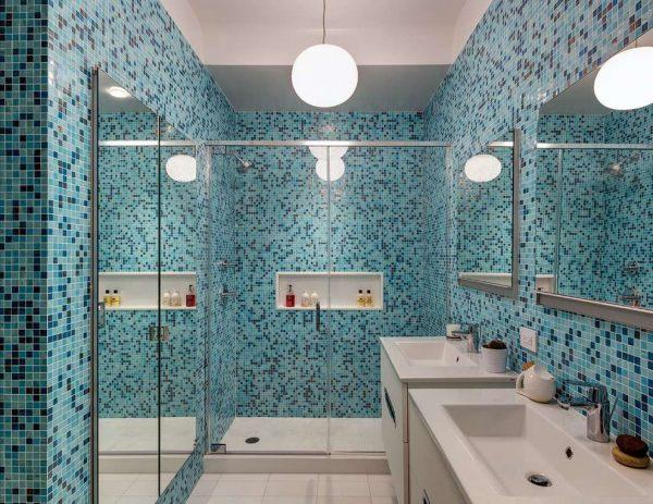 интерьер ванной в хрущёвке с голубой мозаикой