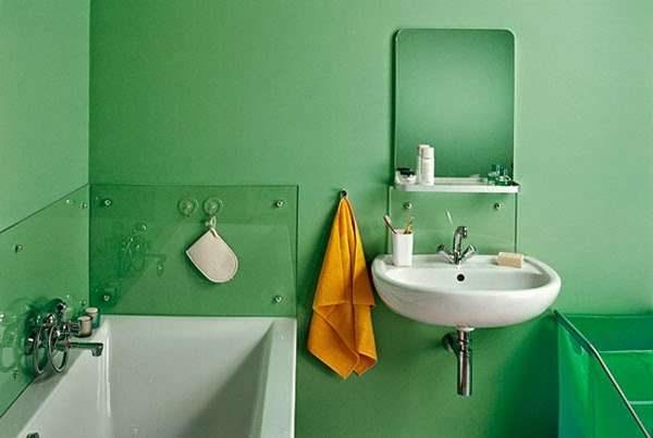 яркий интерьер ванной с окрашенными стенами