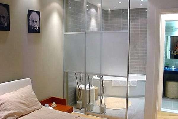 двери матовые в интерьере ванной комнаты