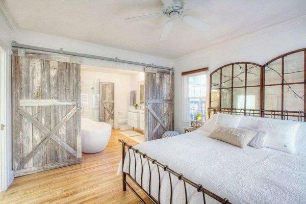 деревянные раздвижные двери в ванной комнате