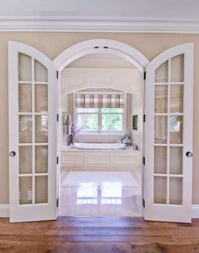 распашные двери в интерьере ванной