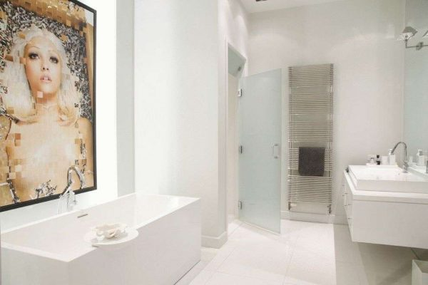 распашные двери в ванной комнате