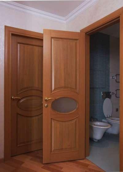 двери коричневые в интерьере ванной