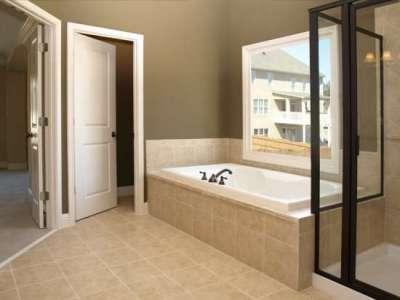 белые двери в интерьере ванной