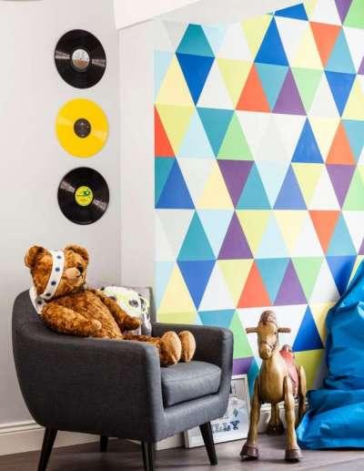 яркая стена в детской комнате