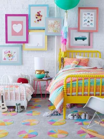 картинки на стене в комнате девочки