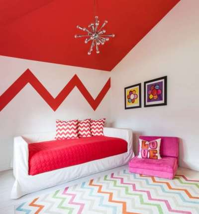 яркий потолок в комнате девочки