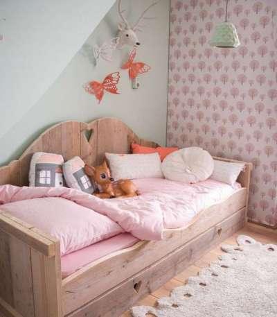 полы с ковриком в комнате девочки