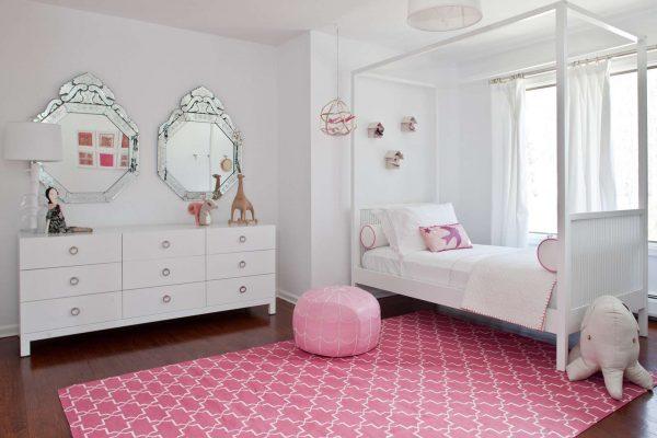 интерьер комнаты девочки с розовым ковром