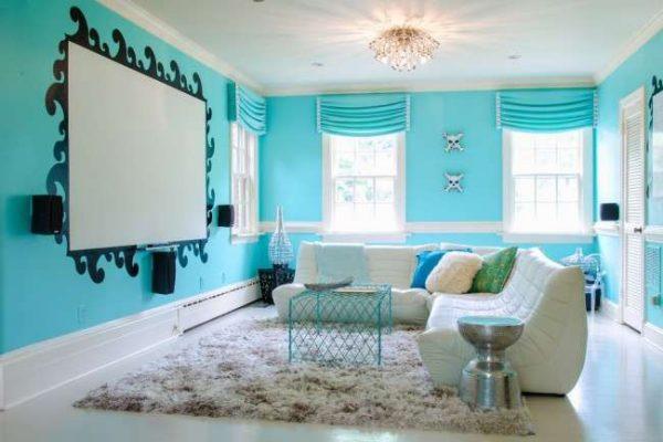 голубой в комнате девочки