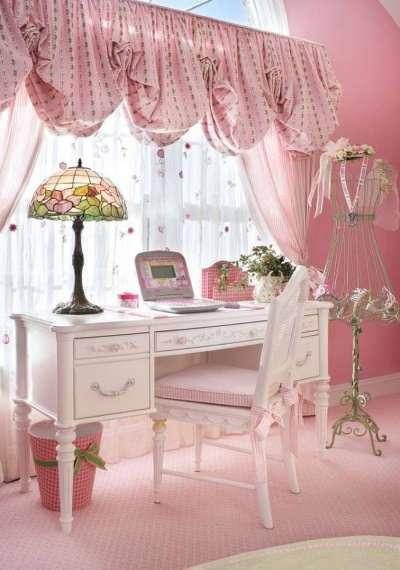 розовый стол в комнате девочки