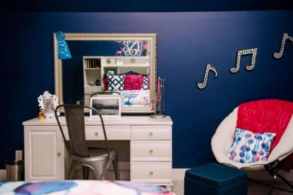 синий цвет в комнате девочки