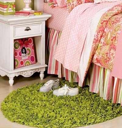 маленький коврик в интерьере детской комнаты