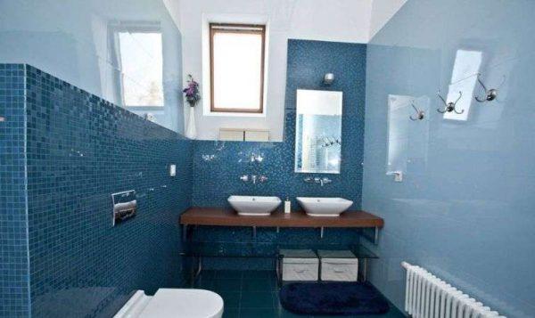 голубые стены в ванной с глянцевыми поверхностями