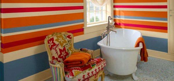 яркий интерьер ванной комнаты с окрашенными стенами