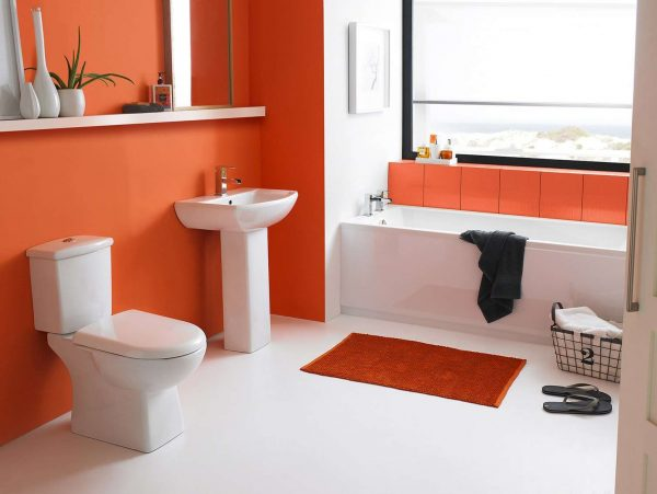 оранжевая краска на стенах в ванной