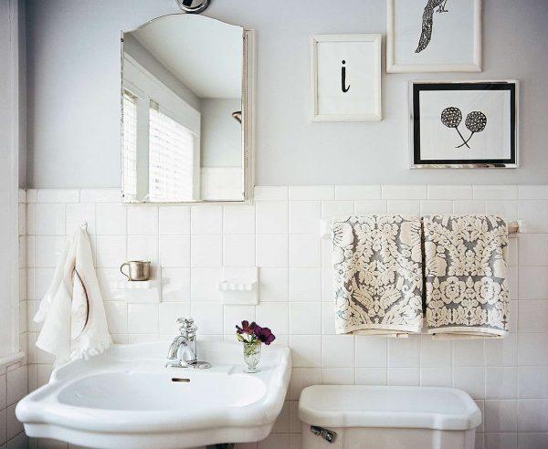 белая краска на стенах ванной