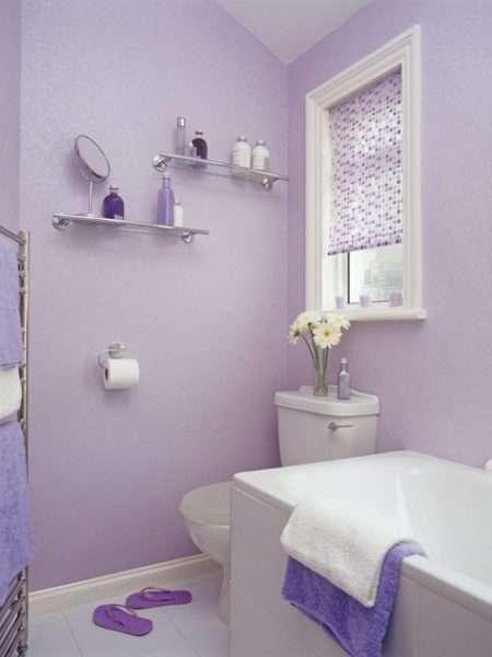 интерьер ванной комнаты с сиреневыми стенами