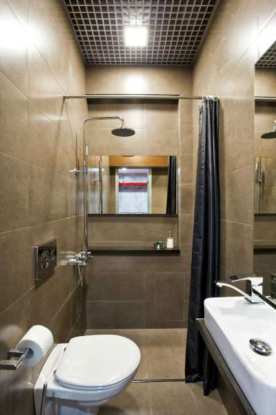 душ на полу в ванной комнате
