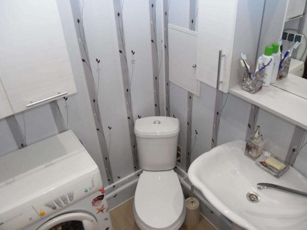 интерьер ванной комнаты 2 кв.метра с унитазом в углу