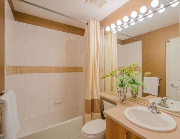 интерьер маленькой ванной комнаты с зеркалом