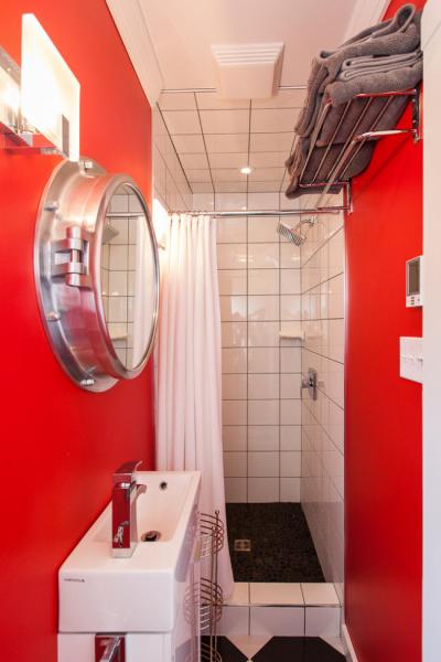 интерьер маленькой ванной с зеркалом