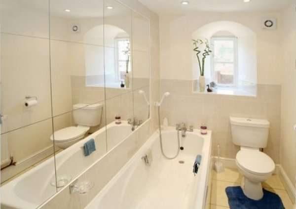 интерьер маленькой бежевой ванной комнаты