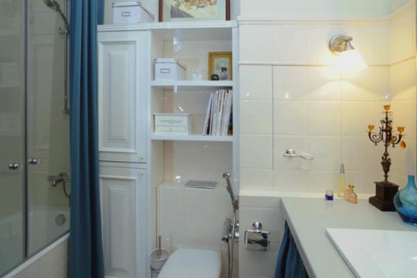 интерьер маленькой ванной комнаты с полками