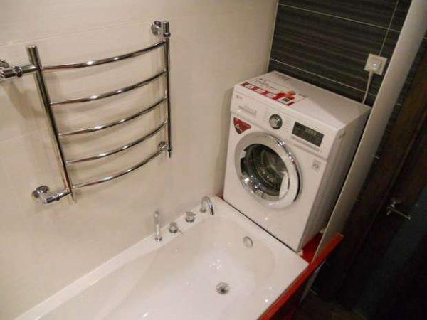 подвесная стиральная машинка в ванной