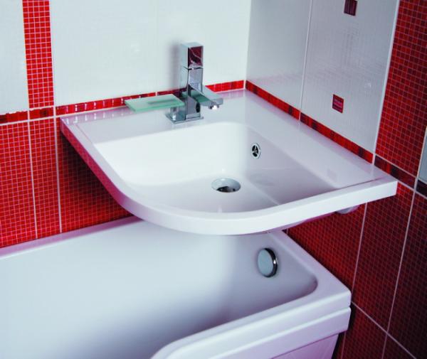 раковина над ванной в маленьком помещении