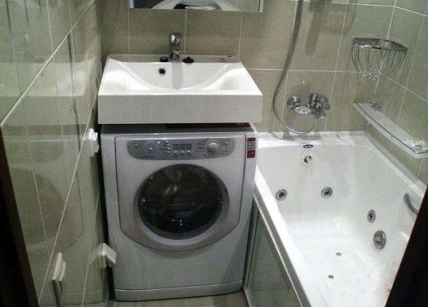 стиралка в интерьере небольшой ванной комнаты