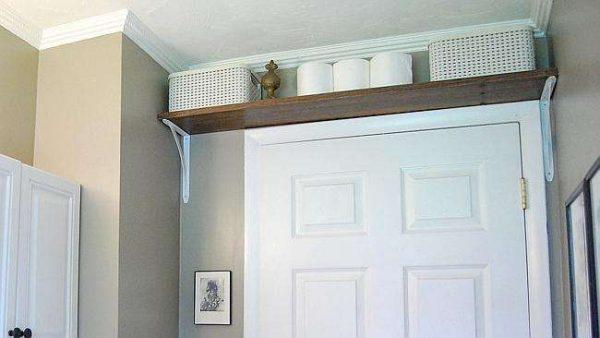 полка над дверью в маленькой ванной
