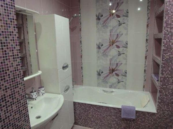интерьер небольшой ванной комнаты с мозаикой и кафелем