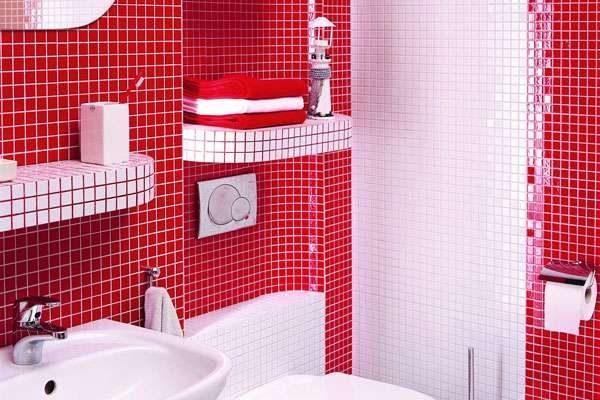 интерьер небольшой ванной комнаты с полками в нишах
