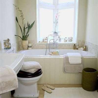 окно в интерьере небольшой ванной комнаты