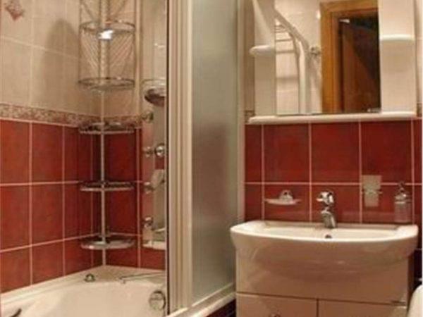 полки в углу маленькой ванной комнаты