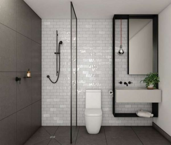 кабанчик в маленькой ванной комнате