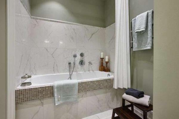 мозаика с плиткой в маленькой ванной комнате