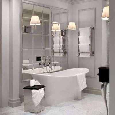 интерьер маленькой ванной комнаты с зеркальной плиткой