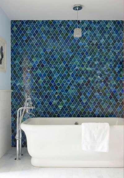 мозаичная плитка на стене в ванной комнате
