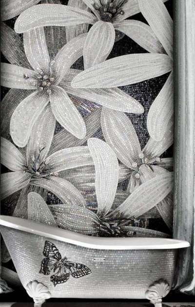 чёрно белое панно из мозаики в душевой зоне