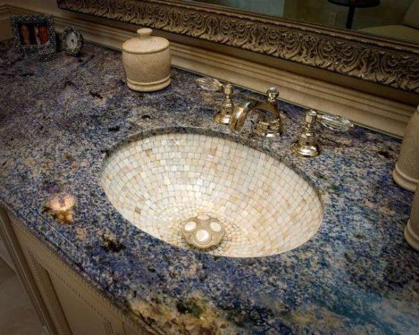 раковина в ванной из мозаики
