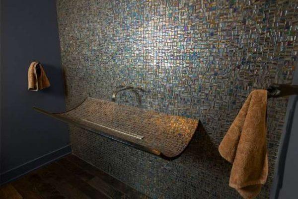 стена и раковина в одном стиле из мозаики