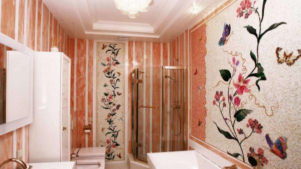 художественное мозаичное панно с цветами в ванной