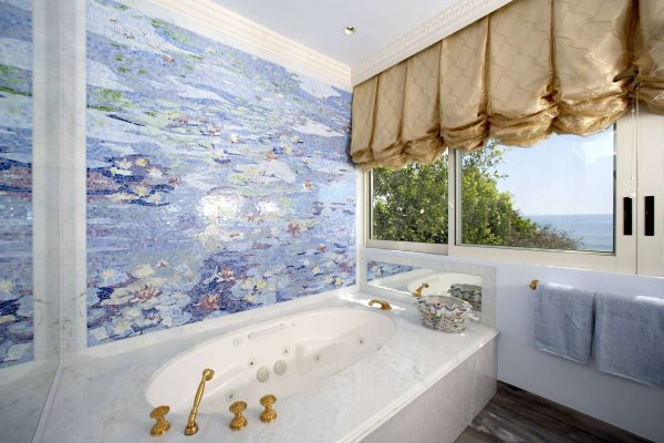на стене ванной картина из мозаики