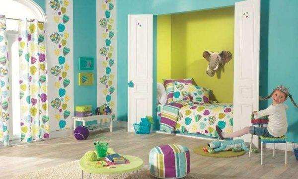 яркие голубые обои для комнаты девочки