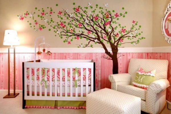 дерево на обоях в комнате девочки