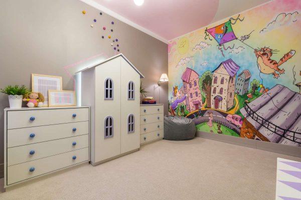 обои с изображением города в детской комнате девочки